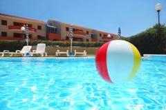 Een opblaasbare bal ligt in pool Stock Fotografie