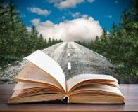 Een open boek op de achtergrond van de oude weg stock foto