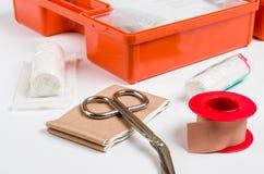 Een open Eerste hulpuitrusting met het kleden van materiaal Stock Afbeelding