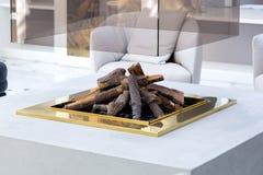 Een open haard voor brandhout met een steenlichaam en een glasschoorsteen stock afbeeldingen