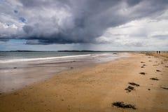 Een open strand met een grote dramatische hemel royalty-vrije stock foto's
