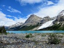 Een open vallei van rotsen en kreken die naar de wintertalingswateren leiden van Berg Lake royalty-vrije stock foto's