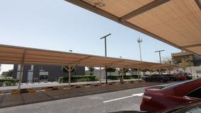 Een openluchtparkeerterreinhoogtepunt van auto's Park en ritgebied Vele auto's worden geparkeerd in openluchtparkeerterreinen in  stock video