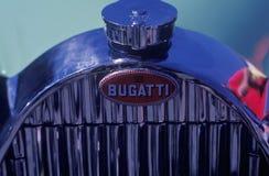 Een opgepoetst chroomtraliewerk van een uitstekende Bugatti-auto bij het Laguna Seca Klassieke Car Show in Carmel, CA Stock Foto's