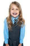 Een opgewekt schoolmeisje in eenvormige dragende steunen Royalty-vrije Stock Foto
