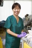 Een oppasser die een Afdeling van het Ziekenhuis schoonmaakt Royalty-vrije Stock Afbeeldingen