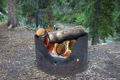 Een opvlammend kampvuur bij een kampeerterrein op de yukongebieden Stock Foto