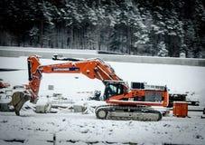Een oranje dipper baggermachine in de winter royalty-vrije stock afbeelding