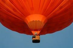 Een oranje heteluchtballon Royalty-vrije Stock Afbeeldingen