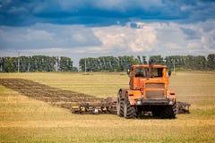 Een oranje moderne tractor royalty-vrije stock afbeeldingen