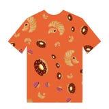 Een oranje t-shirt met beeld van croissantdoughnut en cupcake Stock Fotografie