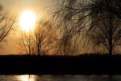 Een oranje zonsondergang komst Tegenover de zon royalty-vrije stock foto