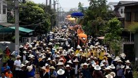 Een ordeningsviering wordt gehouden bij Verbodshoed Sieo en kenmerkt parade van ordening in kleurrijke kostuums die op de rug van stock video