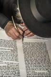 Een orthodoxe hand die van Jood een torahmanuscript schrijven Stock Fotografie