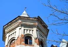Een oud baksteengebouw stock afbeelding