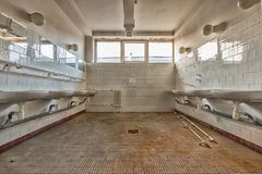 Een oud binnenland van het werkplaats gemeenschappelijk toilet royalty-vrije stock afbeelding