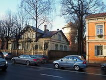 Een oud blokhuis in de stad Riga is het kapitaal van houten architectuur Royalty-vrije Stock Foto