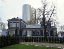 Een oud blokhuis in de stad Wolkenkrabber op de achtergrond Royalty-vrije Stock Fotografie