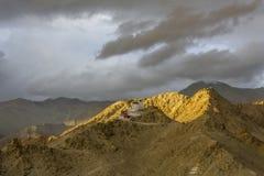 Een oud boeddhistisch klooster op een berg in het licht van de het plaatsen zon stock foto's
