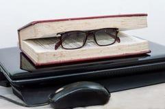 Een oud boek met glazen op laptop Royalty-vrije Stock Fotografie