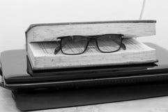 Een oud boek met glazen op laptop Royalty-vrije Stock Foto
