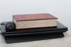 Een oud boek met glazen op laptop Royalty-vrije Stock Afbeelding