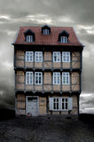 Een oud Duits huis op de donkere avond van de Herfst Royalty-vrije Stock Foto
