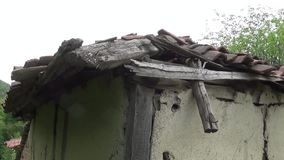 Een oud en gebroken dak op een oude hut stock footage