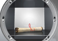 Het oude perkament rolde omhoog gezet in een brandkast Stock Fotografie