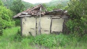 Een oud en verlaten huis met een gebroken dak stock video