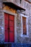 Een oud gebouw met een deur Stock Afbeeldingen