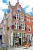 Een oud gebouw met een antieke winkel. Stock Afbeelding