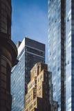 Een oud gebouw tussen nieuwe degenen Royalty-vrije Stock Foto