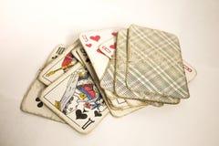 Een oud geslagen dek van kaarten stock afbeelding