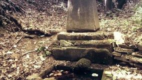 Een oud herdenkingsmonument met een fontein stock footage