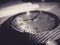 Een oud horloge met stof op het royalty-vrije stock foto