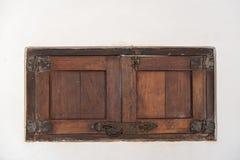 Een oud houten blind in een witte muur, Mexico royalty-vrije stock foto