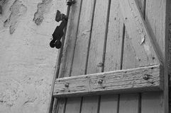 Een Oud houten blind, in zuiden van Frankrijk royalty-vrije stock foto