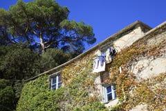 Een oud huis in de baai van San Fruttuoso, Genua, Ligurië, Italië stock fotografie
