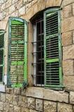 Een oud huis met oud vensters en blind stock fotografie