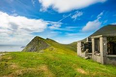 Een oud huis op een heuvel bij Keem-baai, Achill, Co mayo Stock Afbeelding