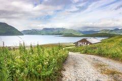 Een oud huis in Toendra Dr. weg, Unalaska, Alaska Stock Afbeeldingen