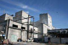 Een oud industrieel gebouw stock fotografie