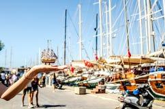 Een oud jachtstuurwiel Herinneringsschip op de achtergrond van grote schepen op de dijk in Bodrum Turkije royalty-vrije stock afbeelding