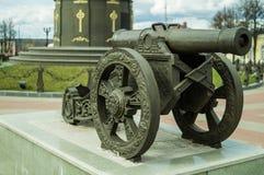 Een oud kanon dichtbij het gedenkteken ter ere van de overwinning in de oorlog van 1812 in de stad van Maloyaroslavets in Rusland Royalty-vrije Stock Fotografie