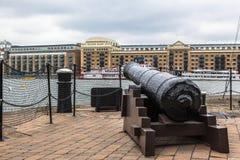 Een kanon bij de rivier van Theems. De Werf van butlers, Londen. Stock Fotografie