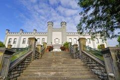 Een oud kasteel bij heuveltop Stock Foto's