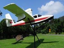 Een oud klein de vlottervliegtuig van de Luchtpinksteren met een hoog opgezette propeller en een motor Stock Afbeeldingen