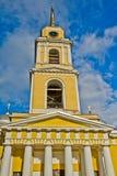 Een oud klooster van de gele kleur in Rusland stock afbeelding