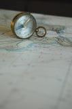 Een oud kompas en een kaart Stock Afbeeldingen